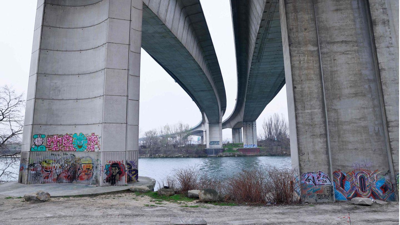 Die Autobahnbrücke der A15 führt über die Seine
