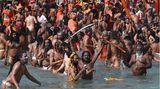 Haridwar, Indien. Zurzeit findet das größte religiöse Fest der Hindus statt, Kumbh Mela. Auch dieSadhus, die Heiligen Männer, die asketisch leben, treffen sich dann am Ganges, um eine Waschung im heiligen Flussvorzunehmen.