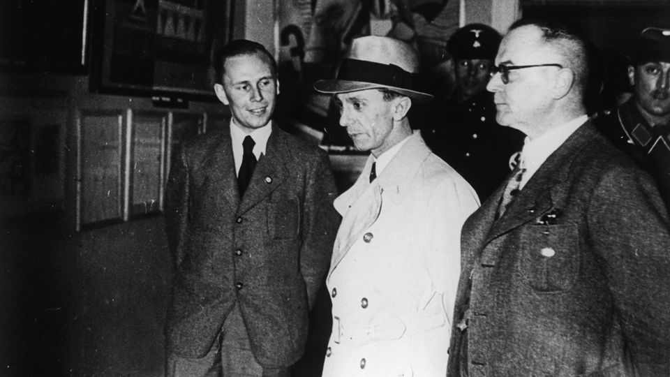 """Josef Goebbels besichtigt die Ausstellung """"Entartete Kunst"""""""