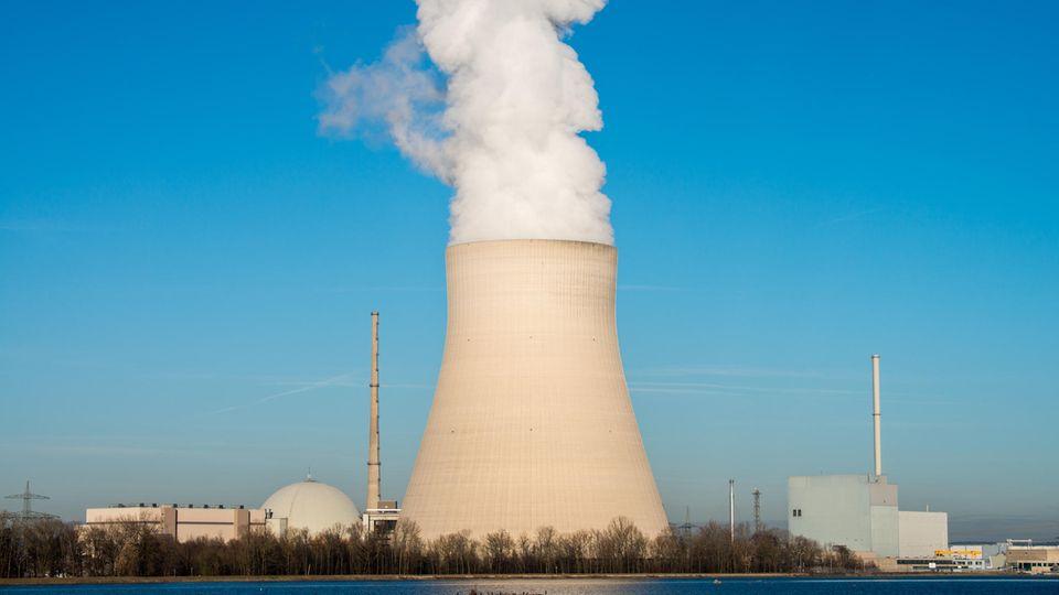 Das Atomkraftwerk Isar 2, fotografiert an einem sonnigen Tag mit blauem Himmel