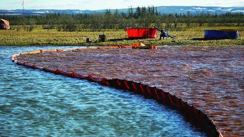 Eine Absperrung auf einem Fluss während einer großen Säuberungsaktion nach dem Kraftstoffunfall im Mai 2020