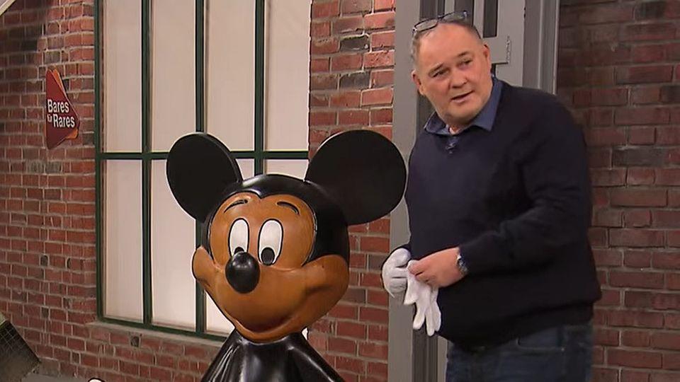 """Walter """"Waldi"""" Lehnertz untersucht im Händlerraum von """"Bares für Rares"""" die Micky-Figur"""