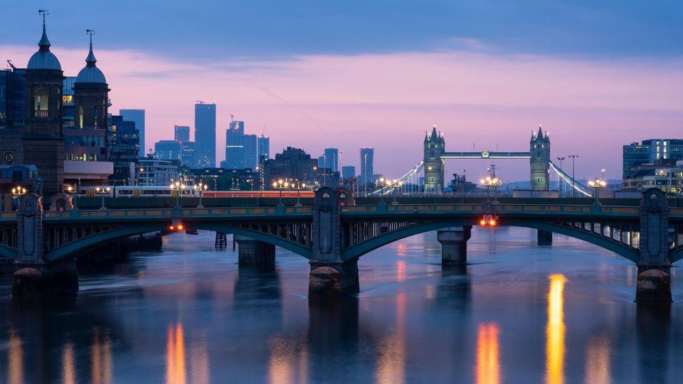 Die Themse im Zentrum von London im Morgenlicht