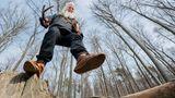 """Bodenwerder, Deutschland. Auch 2000 Jahre nach Miraculix gibt es noch Druiden, zum Beispiel im Weserbergland. Er heißt Michel vom Berch . Früher war er Polizist, dann Verwaltungsbeamter und später Unternehmer mit mehr als 100 Angestellten. Heute trägt der 65-Jährigelanges weißes Haar und Bart und versteht sich als """"Kräuter- und Pilzkundiger""""."""