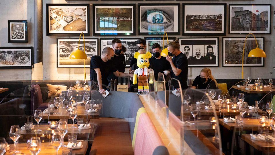Vorbereitung auf die vürbergehende Wiedereröffnung nach halbjähriger Zwangspause: Das Servicepersonal im Restaurant Bullerei.
