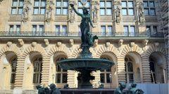 Im Innenhof des Hamburger Rathauses befindet sich der Hygieia-Brunnen.Erbaut wurde er 1895/96 in Erinnerung an die Cholera-Epidemie 1892.Die griechische GöttinHygieiaauf der Spitzesymbolisiert Gesundheit.