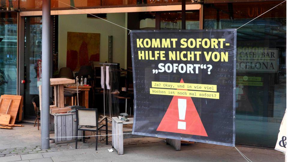Ein Plakat vor einem Restaurant in Hamburg Wandsbek weist auf dieProblematik mit den Corona-Hilfsgeldern hin.