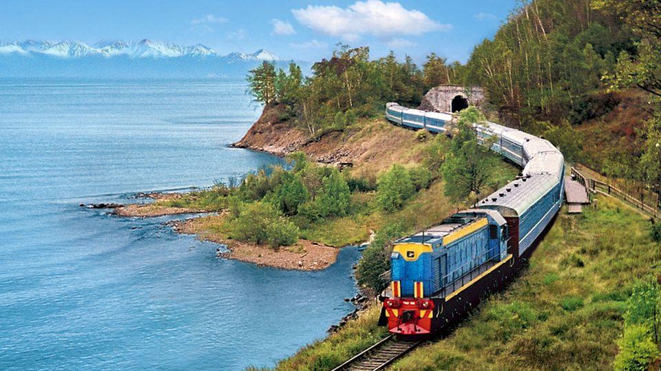 """Der Zug """"Zarengold""""fährt entlang des Baikalsees in Sibirien"""