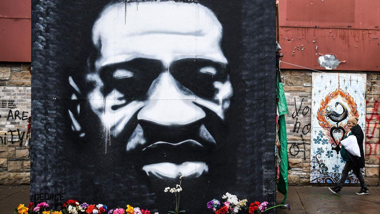 Ein Bild von George Floyd ziert eine Gedenkstätte für den getöteten Afroamerikaner
