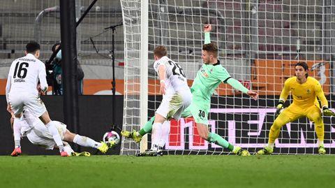 Marco Richter erzielt das 2:1 für den FC Augsburg gegen Borussia Mönchengladbach