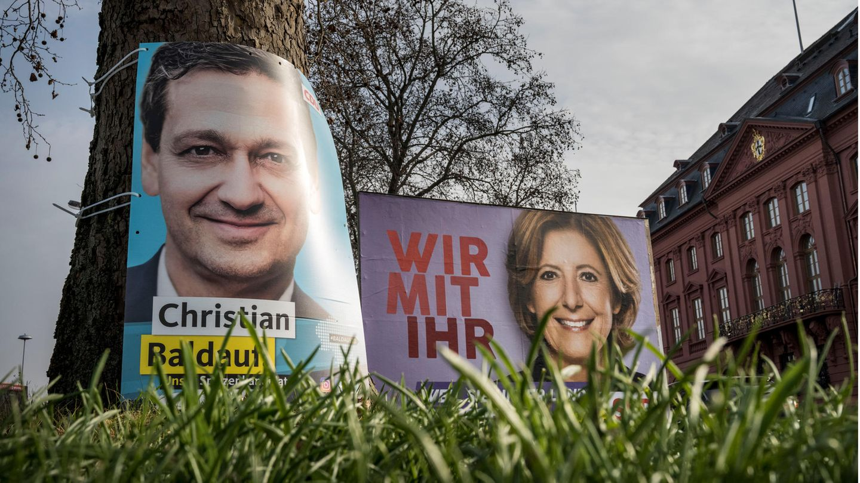 Plakate der Spitzenkandidaten Christian Baldauf (CDU) und MaluDreyer (SPD) vor der Landtagswahl von Rheinland-Pfalz in Mainz