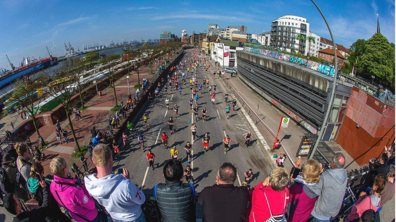 Abstand ist alles: EinFoto vomHamburgerHaspa-Marathon am St. Pauli Fischmarkt aus dem Jahre 2018.