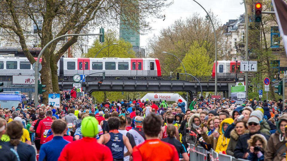 Eng wird es beim Hamburger Marathon bei Kilometer 37, wenn sichLäufer und Publikum amEppendorfer Baum sehr nahe kommen (Archivbild).