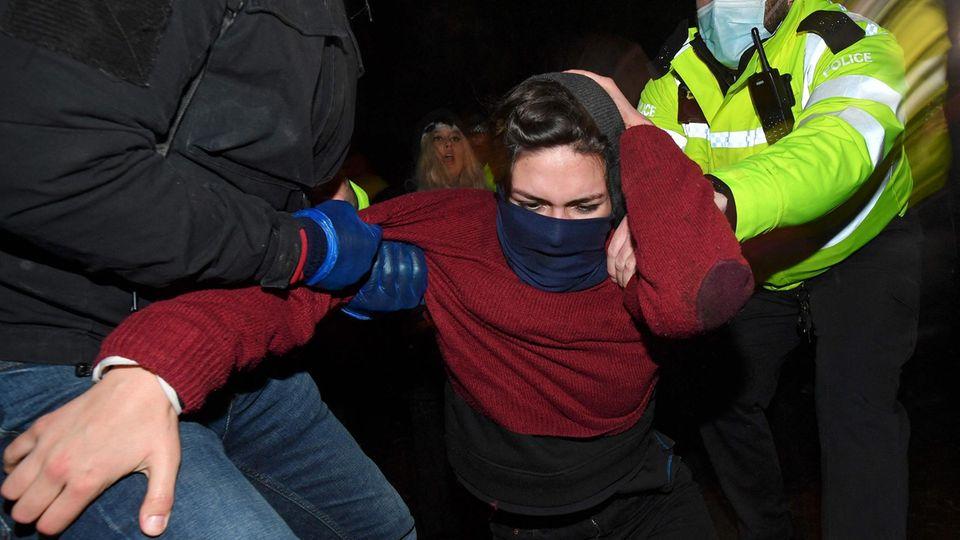 Die Polizei löste die Trauerwache gewaltsam auf.