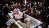 """Nikola-Lenivets, Russland.Künstler Sergei Pakhomov liegt anlässlich der ostslawischen Fastnacht (""""Maslenitsa"""")in einer Art hölzerner Badewanne. """"Maslenitsa"""" ist eine traditionelle Zeremonie zum Abschied des Winters und wird in Belarus, Russland und der Ukraine gefeiert."""