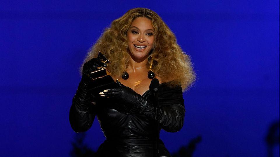 """Beyonce nimmt den Preis für die beste R&B-Performance für """"Black Parade"""" bei den 63. Grammy Awards entgegen"""