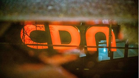 Das Logo der CDU spiegelt sich in einer Pfütze vor der CDU Zentrale, Dem Konrad Adenauer Haus