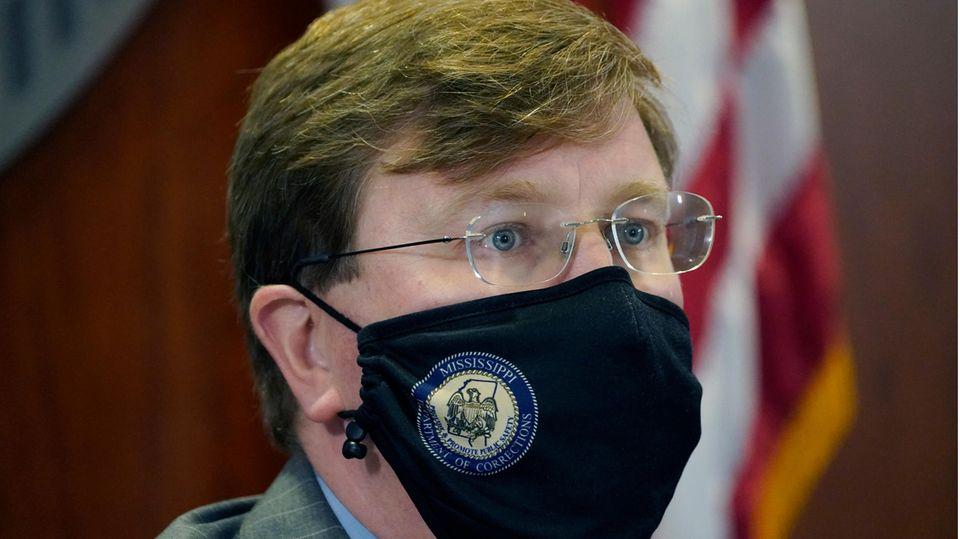 Gouverneur Tate Reeves trägt einen Mund-Nasen-Schutz