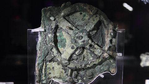 """Antiker Computer """"Antikythera-Mechanismus"""" in einer Ausstellung."""