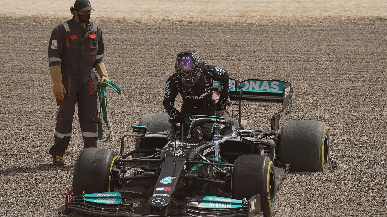 Wenndas Heck nicht so will wie der Fahrer: Lewis Hamilton landete am zweiten Tag der Tests in Bahrain im Kiesbett