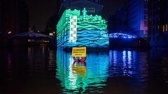 Die Greenpeace-Ausstellung ist seit 2007 für Umweltinteressierte geöffnet. Dienstags bis freitags von 10 bis 17 Uhr können verschiedene Themenfelder rund um Umweltschutz erkundet werden. Im Bild einer Aktion, als auf das Wasserschlossdie in der Speicherstadt von Greenpeacedie mögliche Höhe des Wasserstands zum Ende des Jahrhunderts projeziert wurde.