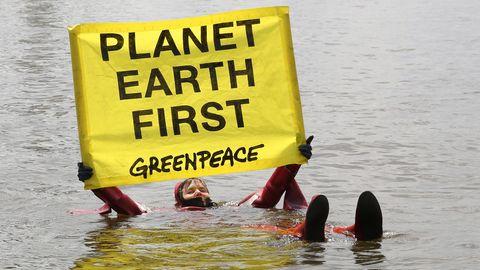 Aktivisten von Greenpeace protestieren in der HafenCity Hamburg