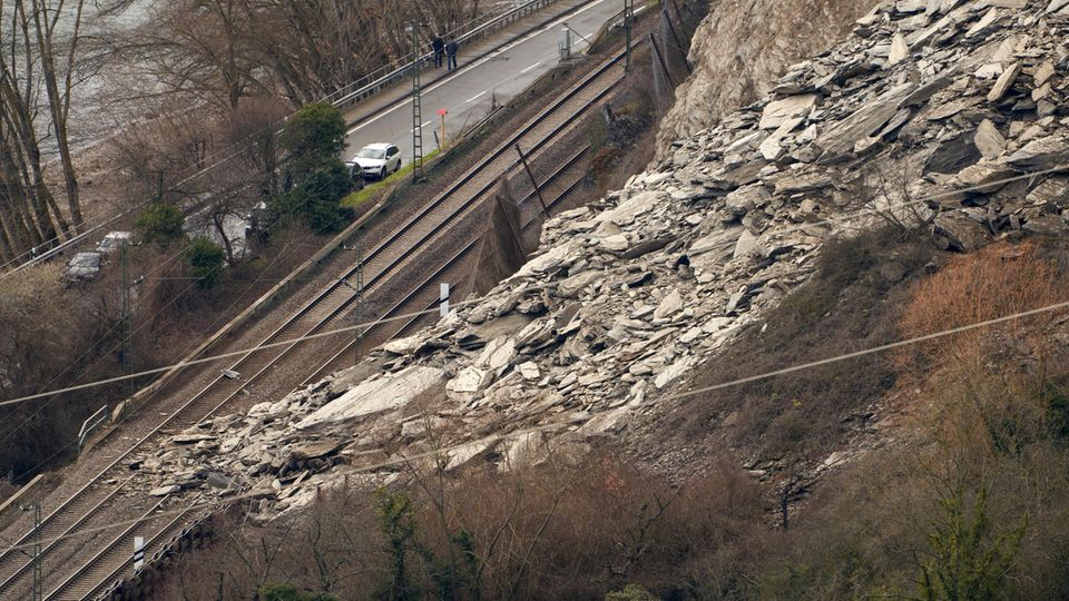 Ein Felssturz hat die linksrheinische Bahntrasse zwischen St. Goarshausen und Kestert verschüttet