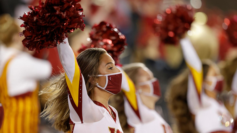 Eine Iowa State Cheerleaderin tritt während der ersten Hälfte eines NCAA-College-Football-Spiels auf