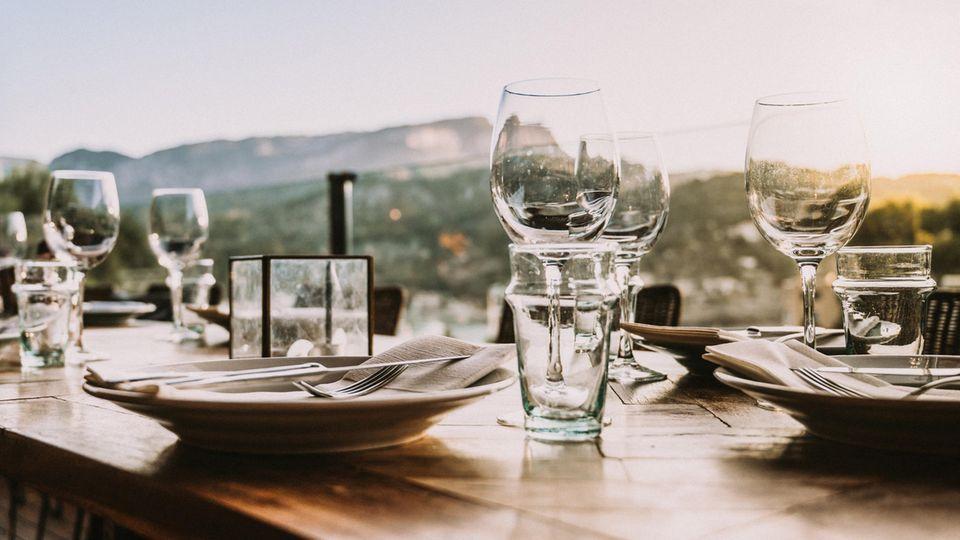 Geschirr auf einem Tisch