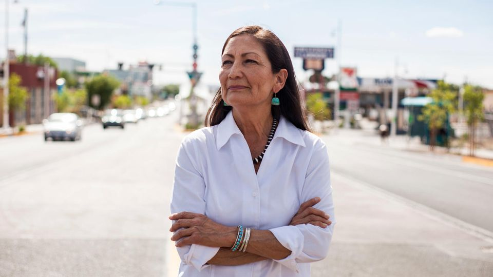 Portrait von Deb Haaland, der ersten US-Innenministerin mit indigenen Wurzeln