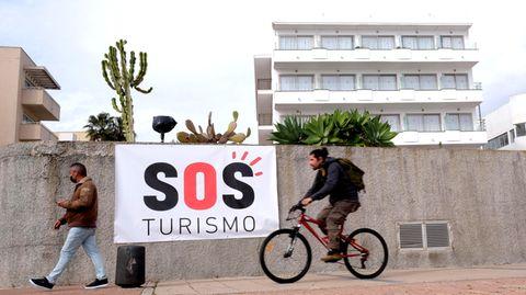Ein Transparent mit der Schriftzug «SOS Tourismus» in Palma de Mallorca