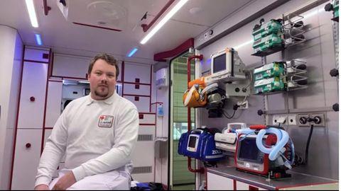 Nils sitzt in einem Krankenwagen