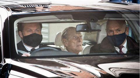 Prinz Philip sitzt auf der Rückbank einer Limousine