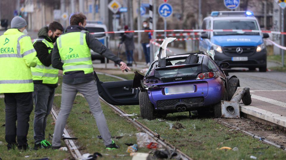 Nachrichten aus Deutschland: Sachverständige stehen in Leipzig an der Unfallstelle.