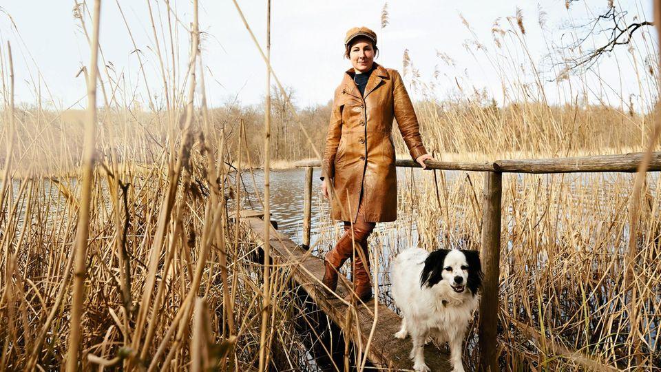 Frau und Hund, ein Idyll: Juli Zeh, 46, mit Yuki, 3, am Groß Behnitzer See