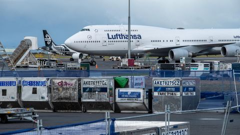 Holte Ende März in Neuseeland gestrandte Urlauber ab: Eine Boeing 747-400 der Lufthansa am Flughafen von Auckland