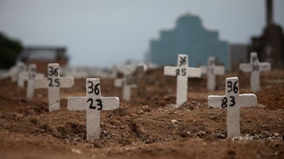 Einfache Kreuze mit Nummern stehen auf dem Friedhof von Irajaim Norden von Rio de Janeiro
