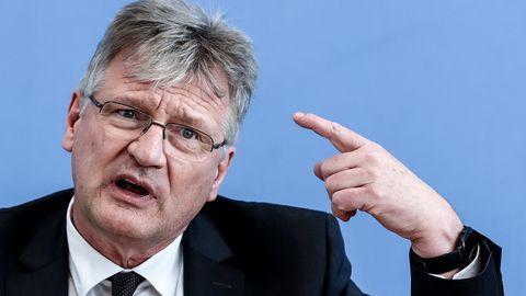 AfD-Co-Chef Jörg Meuthen zeigt mit dem Finger Richtung seiner Stirn