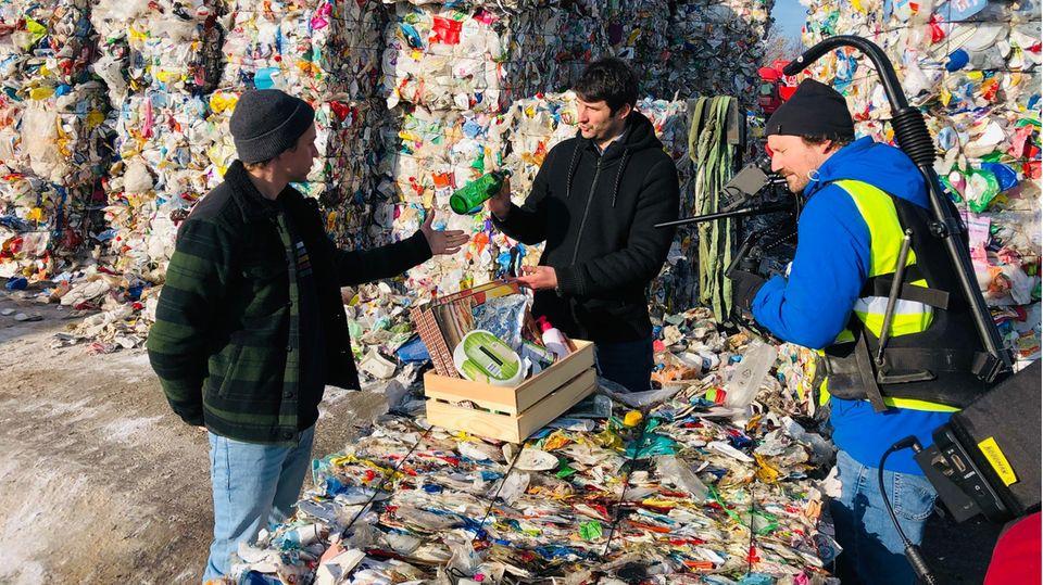 Tobi Krell vor Müllbergen
