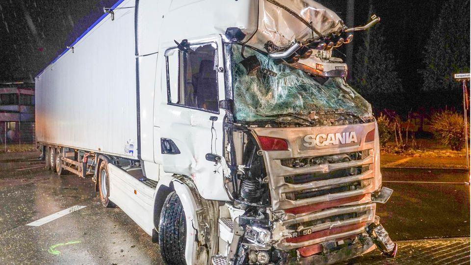 Nach einem Zusammenprall ist ein Lkw schwer beschädigt