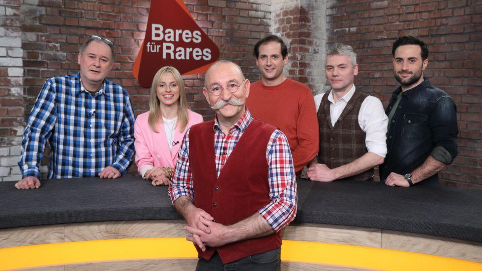 Horst Lichter steht gemeinsam mit fünf Händlern im Bares für Rares Studio in Pulheim