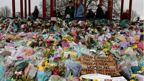 Blumenmeer im Londoner Park Clapham Common, der Gedenkstätte der toten Sarah Everard
