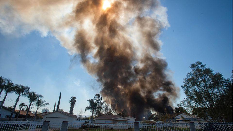 Rauch steigt nach einer großen Explosion von Feuerwerkskörpern in Ontario, Kalifornien, auf