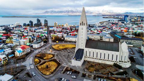 Blick auf Islands Hauptstadt Reykjavik und dieHallgrímskirkja