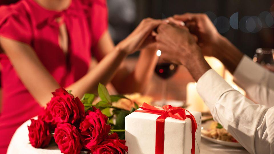 Viele Paare machen sich Geschenke zum Hochzeitstag