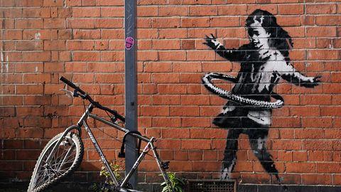 Nottingham: Das neueste Street-Art-Werk des britischen Künstlers Banksy auf einer Backsteinfassade in der Rothesay Avenue zeigt ein Mädchen, das mit einem Hula Hoop Reifen spielt.