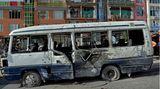 Kabul, Afghanistan:Bei einem Angriff auf diesen Bus, in demRegierungsbeamte unterwegs waren,wurden am frühen Morgen mindestens vier Personen getötet und mindestens neun weitere verletzt. Zunächst bekannte sich niemand zu der Tat.Erst am Montag waren bei einerähnlichen Attackein der Hauptstadt vier Menschen getötet worden. In Afghanistan herrscht seit mittlerweile mehr als 19 Jahren Krieg zwischen den aufständischen Taliban und der Regierung.
