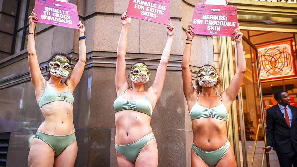 Peta-Aktivistinnen protestieren gegen Krokodilleder