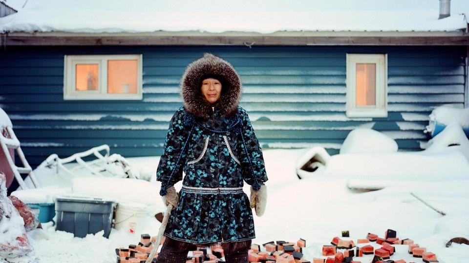 Eine Frau in Kaktovik, Alaska, präpariert Walfleisch – für die indigene Bevölkerung ein wichtiges Lebensmittel. Ihr Risiko, an Darmkrebs zu erkranken, ist sehr hoch