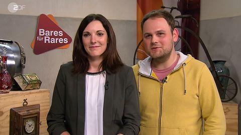 Eva Schneider und Tobias Lauterbach aus Sulzheim stehen in Pulheim im Bares für Rares Studio und lachen in die Kamera